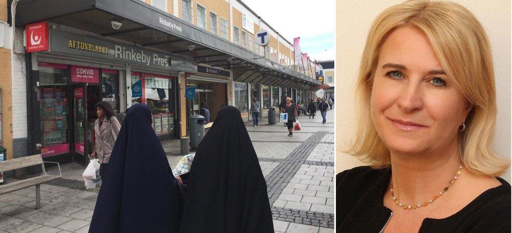 Rektor ved Rinkebyskolen, Carina Rennermalm, sier hun mener det er tendenser til økning av æresundertrykkelse i Järvaområdet, - som utgjøres av bydelene Tensta, Rinkeby og Husby i Stockholm - blant annet ved at flere barn i førskolealder bruker hijab.
