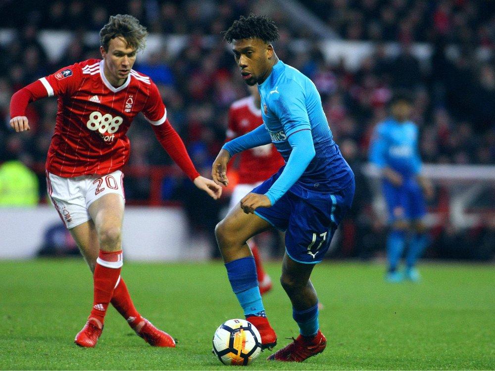 UT I SKAM: Alex Iwobi og Arsenal slapp inn hele fire mål mot Nottingham Forest og Kieran Dowell i helga. Nigerianerens oppladning til FA-cuptapet vekker reaksjoner.