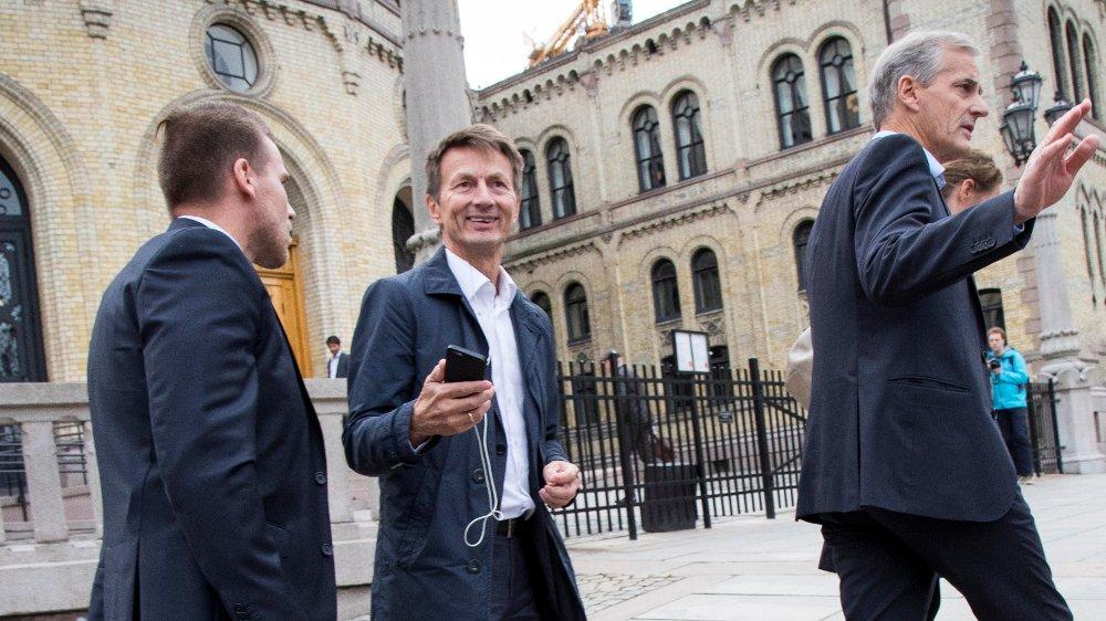 Tidligere sekreteriatsleder i Arbeiderpartiet, Hans Kristian Amundsen (i midten) skriver om hvorfor han slutter i partiet.