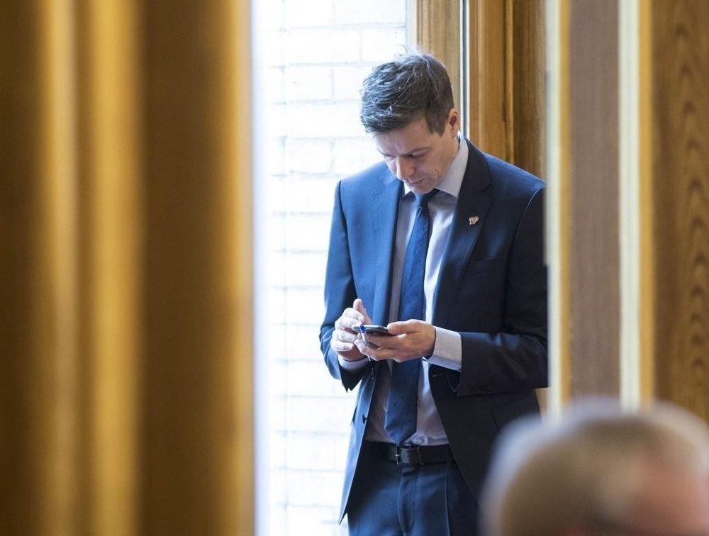 KrF-leder Knut Arild Hareide sier at ingen løp er lagt for KrFs framtidige strategi. VG har imidlertid snakket med kilder i partiet som mener partiet kan ende i regjering med H, V og Frp.
