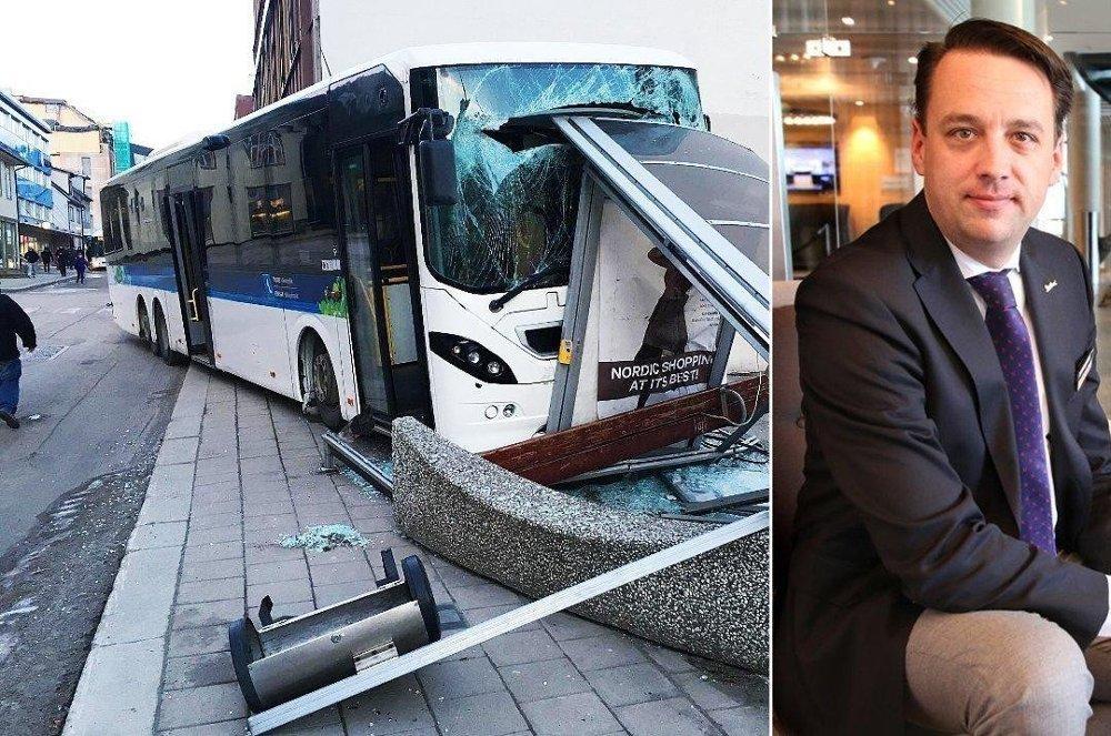 ROSTE SINE ANSATTE: Hotellsjef Aart Niemans roser sine ansatte som stormet ut for hjelpe etter bussulykken like ved hotellet tirsdag morgen.