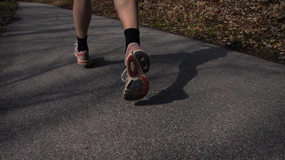 Kvinne løper i mørket. - 70 prosent av kvinner er redde for å trene i mørket