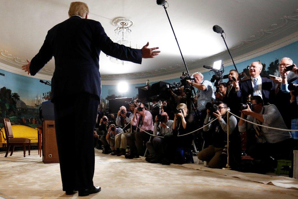 Bildet viser president Donald Trump idet han kunngjør overfor pressen at USA trekker seg fra atomavtalen med Iran. Etter kunngjøringen ble det avholdt et ekstraordinært pressemøte i det amerikanske utenriksdepartementet, hvor det skulle orienteres og redegjøres for Trumps Iran-politikk. Det finnes ikke offentlige bilder va denne seansen.