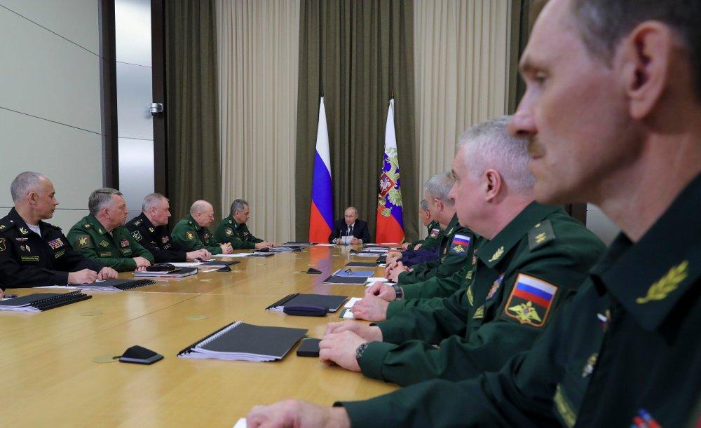 Russlands president Vladimir Putin diskuterte onsdag krigføringen i Syria med militære ledere i svartehavsbyen Sotsji. Foto: AP / NTB scanpix