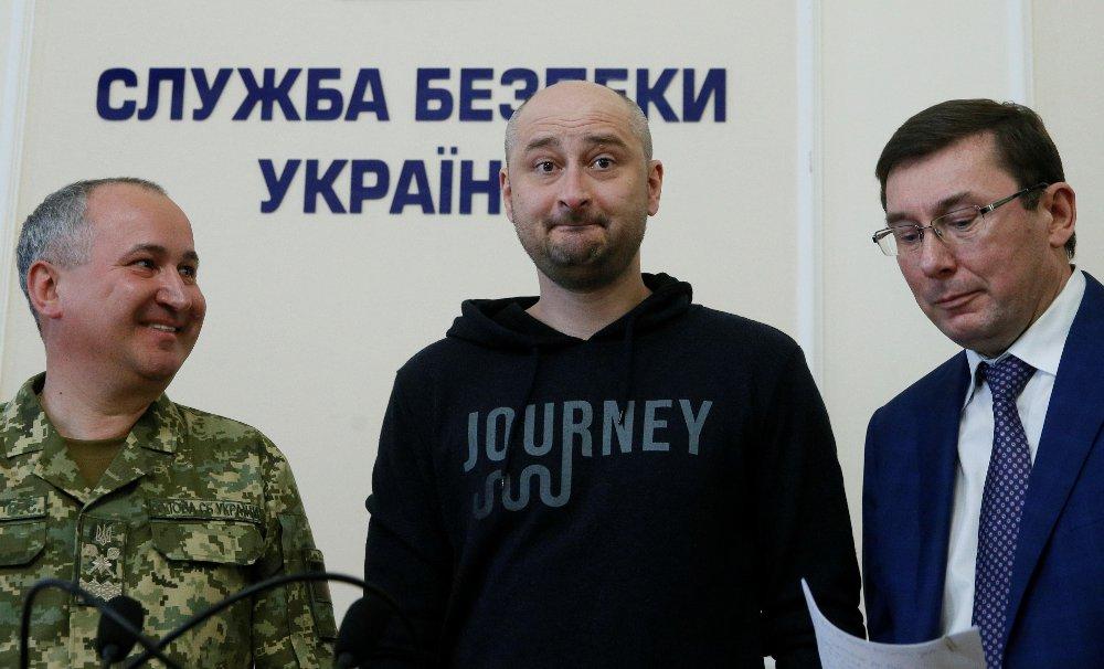 Den russiske journliasten Babchenko, som ble rapportert drept i Kiev, sammen med den ukrainske statsadvokaten Jurij Lutsenko Lutsenko og sjefen for sikkerhetstjenesten, Vasilij Gritsak, på en pressekonferanse i Kiev.