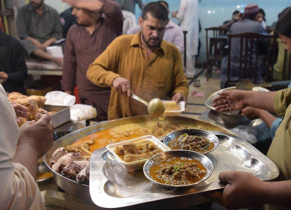 Foto fra matservering i Pakistan under ramadan.