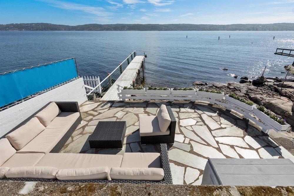 UTEN BOPLIKT: Ser du etter sjøhytte eller bolig ved sjøen - eller begge deler? Denne eiendommen på Filtvet i Drøbaksundet er et av flere eksempler på boliger med strandlinje i Oslofjorden som selges uten boplikt.