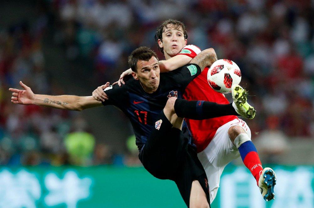 Mario Mandzukic og Kroatia er klare for VM-semifinale mot England etter seieren mot Russland lørdag kveld. Foto: Rebecca Blackwell / AP / NTB scanpix