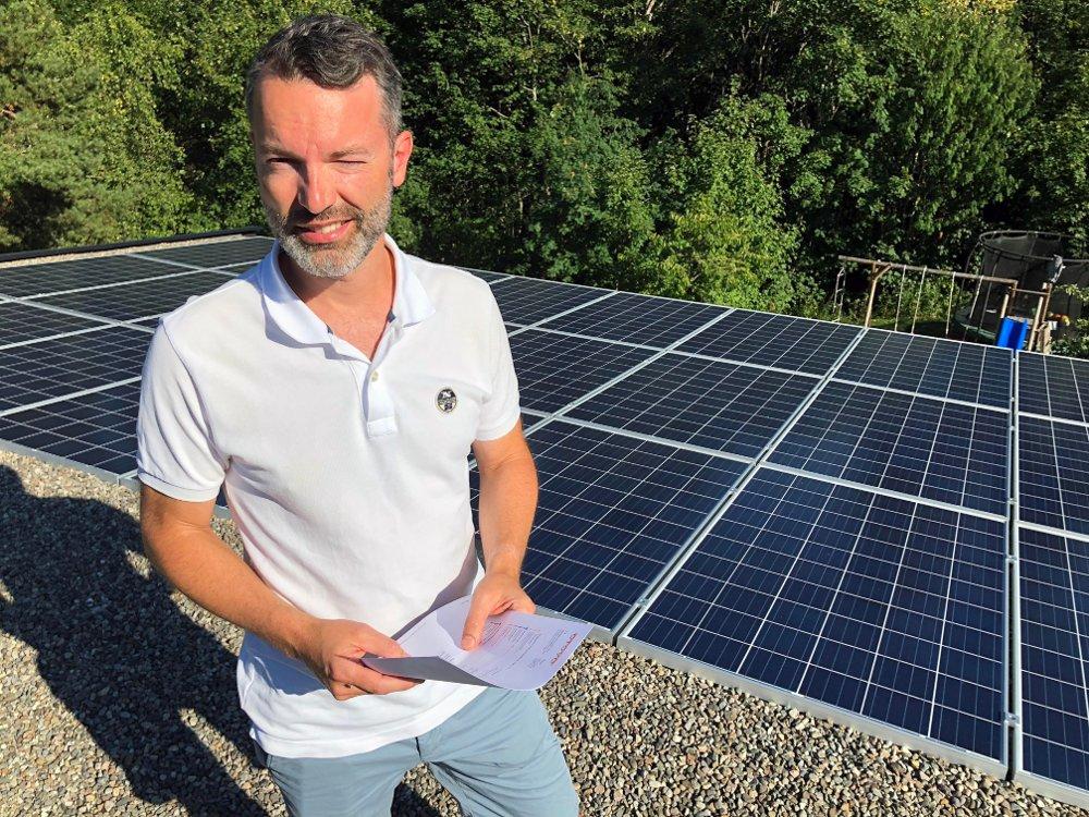 SOLCELLEEIER: Nicolas Hall har fått full uttelling fra solcellepanelet sitt så langt i år.