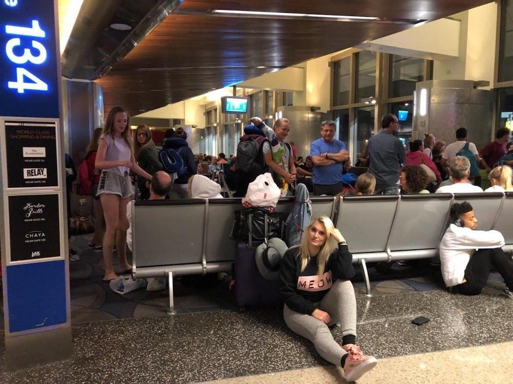 AVSPIST MED SMULER: Elizabeth Moss Danielsen måtte vente i ni timer på et Norwegian-fly på flyplassen i Los Angeles, og fikk bare 100 kroner til mat - på restauranter og barer som var stengt.