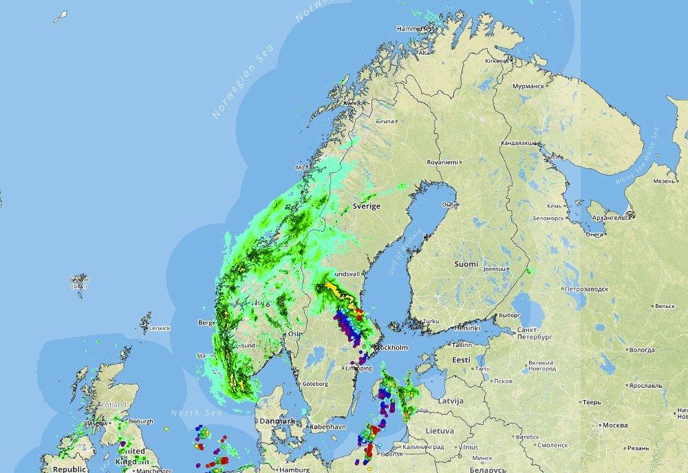 Grønn farge viser nedbøren fredag morgen, og runde prikker er tordenvær over Sverige nordvest av Stockholm.