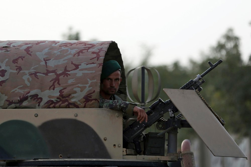 Bildet viser en afghansk regjeringssoldat i Kabul i juli. Foto: Massoud Hossaini / AP / NTB scanpix