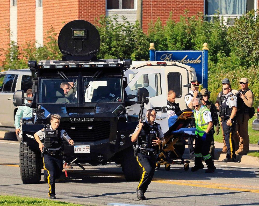 Canadisk politi undersøker området rundt Brookside Drive i Fredericton der fire personer fredag ble skutt og drept. En person er pågrepet, og behandles for alvorlige skader. Foto: Keith Minchin / The Canadian Press / AP / NTB scanpix