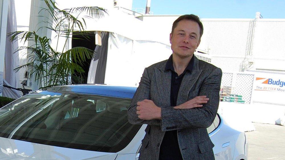 SAKSØKES: Elon Musk og Tesla saksøkes etter Twitter-meldingen der Musk sa at han vurderer å ta Tesla av børs.