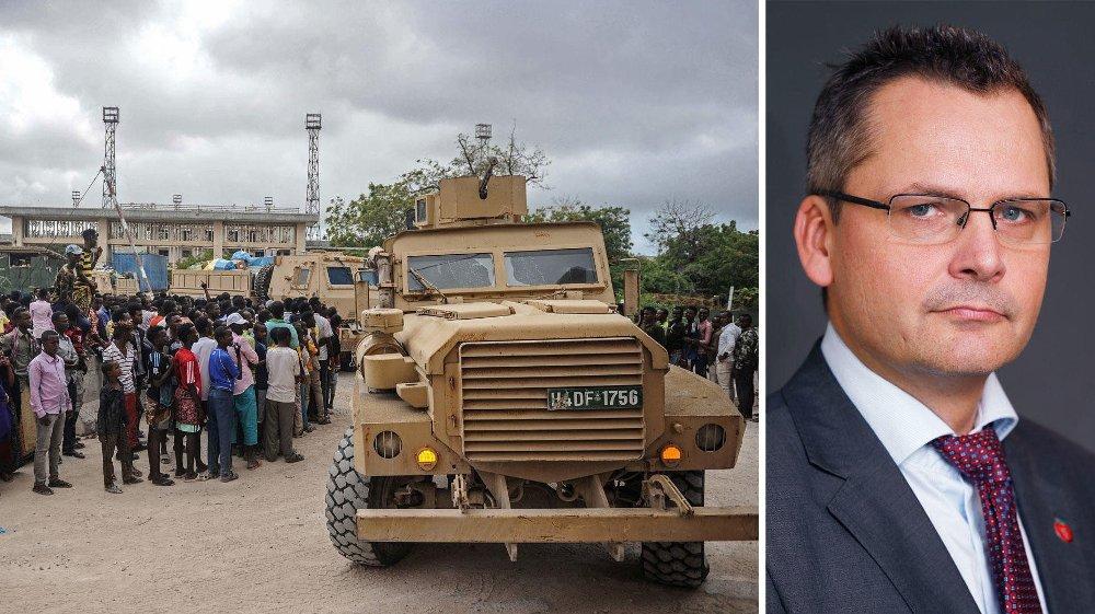 IKKE BESKYTTELSESBEHOV: Statssekretær Torkil Åmland (Frp) sier at forholdene i Somalia nå, er slik at mange flyktninger kan sendes tilbake. Bildet til venstre viser fredsbevarende styrker fra AMISOM, som tirsdag forlot fotballstadion i Mogadishu der de har hatt leir i flere år. AMISOM har hjulpet Somalia å bekjempe Al-Shabaab, og skal ikke avslutte hjelpen med det første.