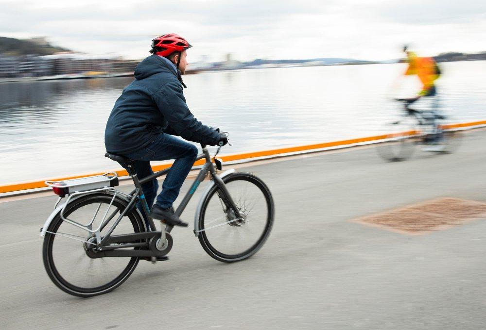 FORBUD?: Stadig flere anskaffer seg en el-sykkel, men Norges taxiforbund mener syklene må forbys på fortau.