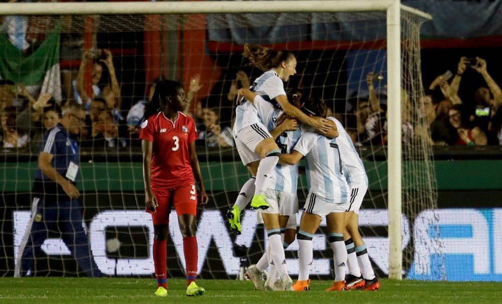 Argentina feirer ett av sine fire mål mot Panama i VM-kvalifiseringskampen i fotball for kvinner torsdag. Foto: Natacha Pisarenko, AP / NTB scanpix