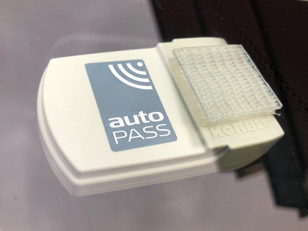 Autopass-brikken har bidratt til å redusere innkrevingskostnadene for bompenger. Alt er derimot ikke like bra når det gjelder bompengeselskapenes finansiering. Foto: Kjell-Magne Rystad