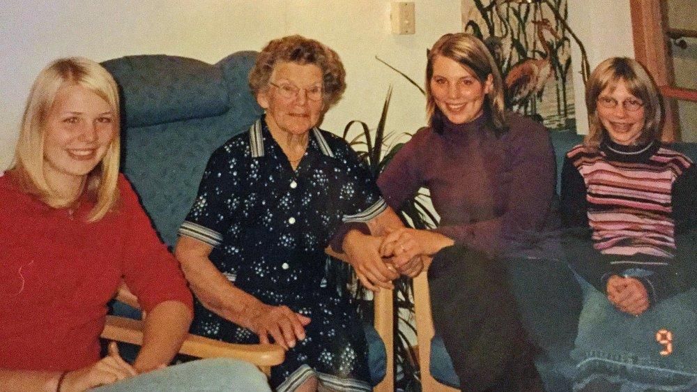 JULEBESØK: Etter NRK satte fokus på eldres ensomhet ved å fortelle om Aud (87), som ikke husker sist hun hadde besøk, har det strømmet på med nye besøksvenner til Røde kors. - Det er viktig, men samtidig vil jeg slå et slag for familiebesøket, for det å besøke noen vi allerede kjenner - eller har kjent, skriver Kjersti Westeng, her avbildet sammen med søstrene og mormoren sin.