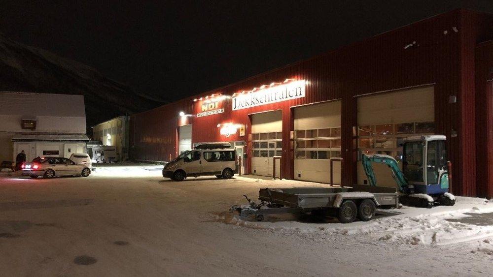FUNNET PÅ BAKKEN: I området ved Dekksentralen i Tromsdalen oppdaget en patrulje i morgentimene søndag to personer på bakken. En mann i 40-årene er pågrepet mistenkt for voldtekt. Foto: Ola Solvang