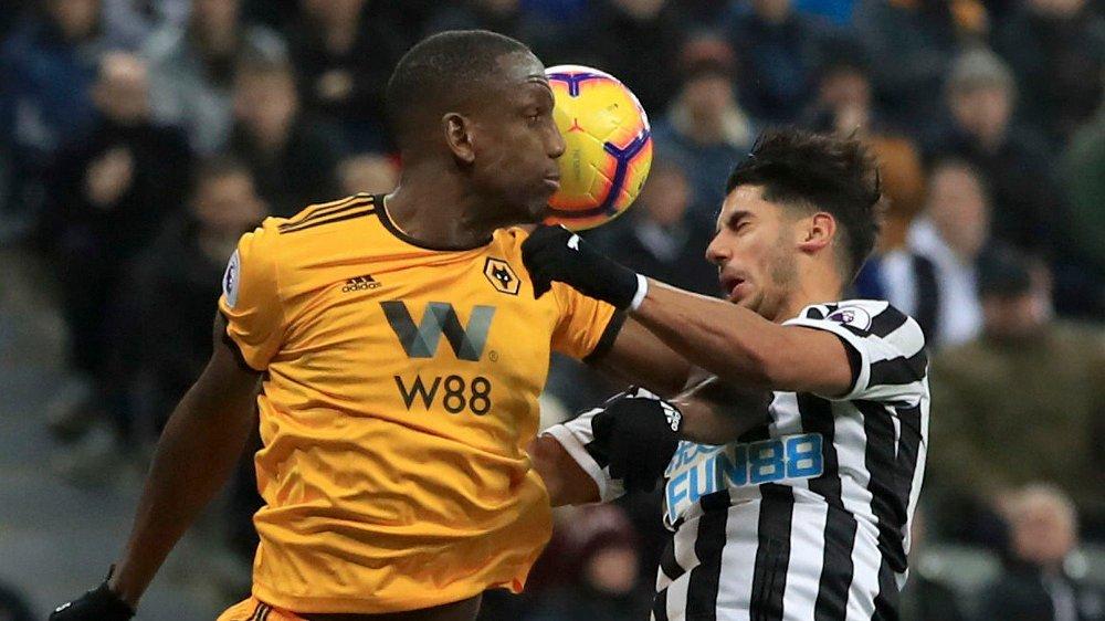 OMDISKUTERT: Newcastle-manager Rafa Benitez reagerte på at denne situasjonen mellom Willy Boly og Ayoze Perez forløp seg uten reaksjoner fra dommeren.