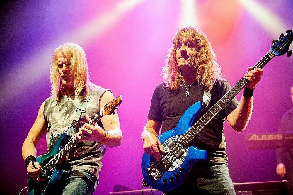Fra høyre: Steve Morse og Dave LaRue, Flying Colors