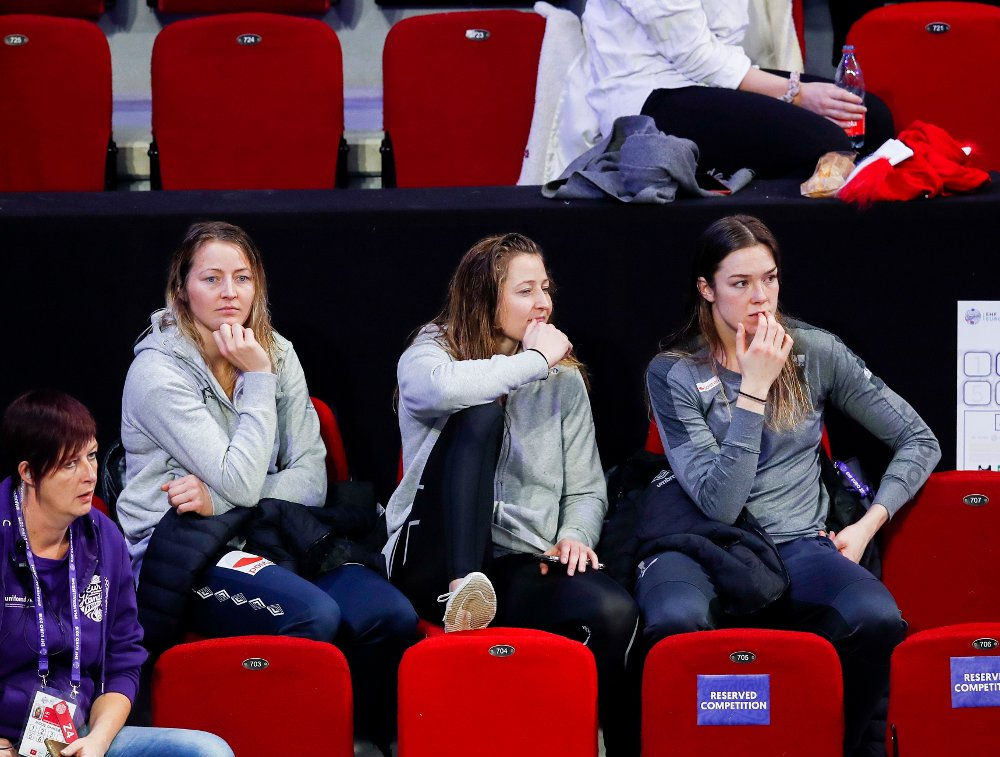 BET NEGLER PÅ TRIBUNEN: Noen av de norske jentene fikk med seg møtet mellom Romania og Ungarn fra tribunen i franske Nancy.