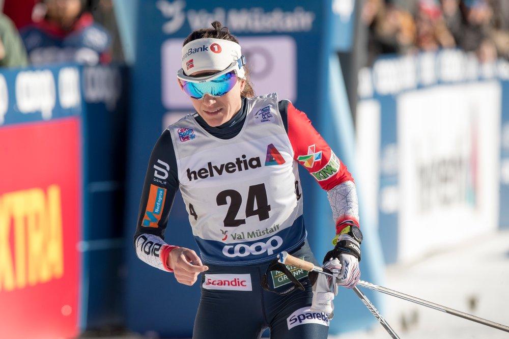 Heidi Weng skadet tommelen etter et fall under Val Müstair-sprinten tirsdag. Foto: Terje Pedersen / NTB scanpix