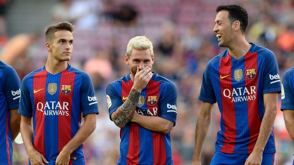 BLIR: Barcelonas-spiller Denis Suarez (til venstre) kan se ut til å bli i klubben fremfor en overgang til Arsenal. Her sammen med Lionel Messi og Sergio Busquets.