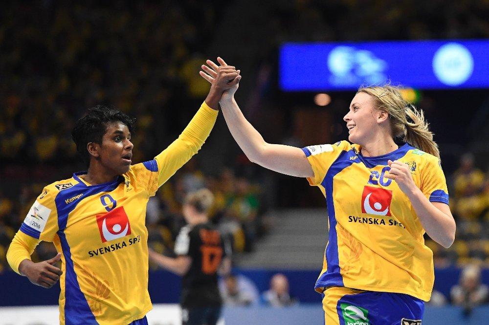 LEGGER OPP: Den svenske håndballprofilen Louise Sand, her sammen med lagkamerat Isabelle Gulldén under VM i 2015.