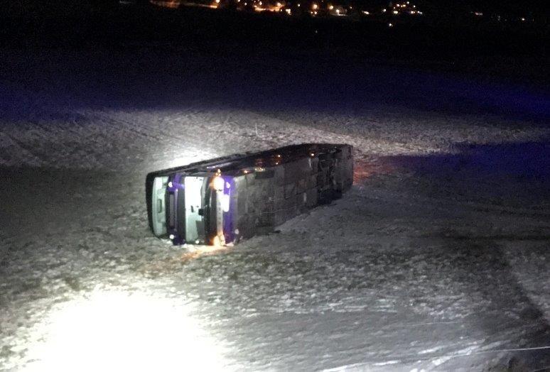 Bussen, som var på vei fra Oslo til Volda, skled 30 meter ut på et jorde før den veltet. Foto: Politiet Innlandet / NTB scanpix