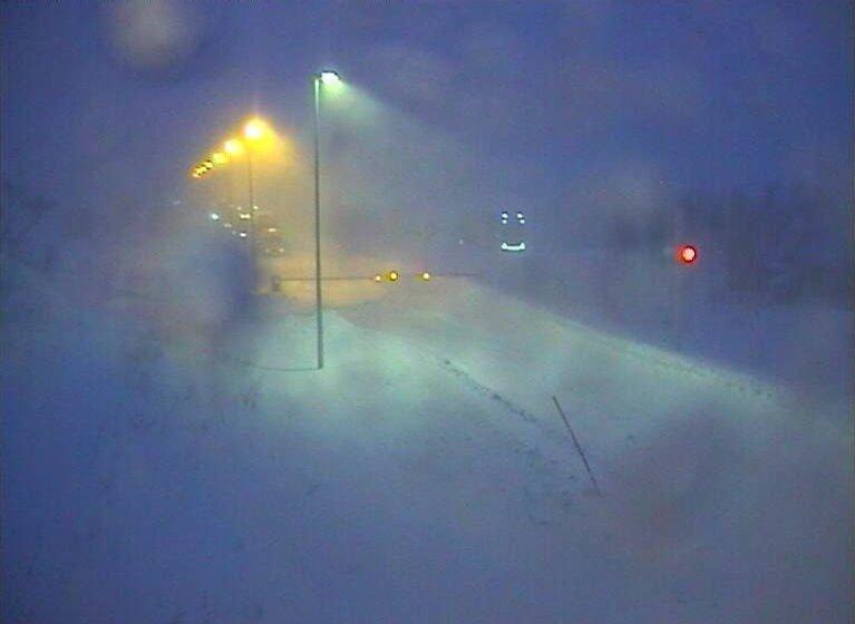 E6 over Saltfjellet er fredag stengt på grunn av uværet.