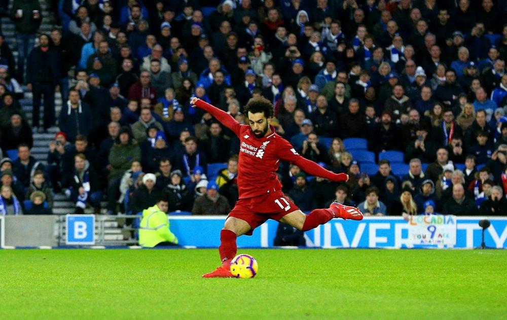 Sekundet etter dette bildet ble tatt lå ballen i nettet. Mohamed Salah bla matchvinner da han satte inn 1–0 på straffe u bortemøtet med Brighton lørdag. Foto: Gareth Fuller / PA via AP / NTB scanpix.