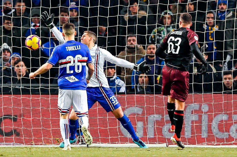 Patrick Cutrone (til h.) ser sitt volleyskudd forsvinne i mål i Milans 2-0-seier over Sampdoria i den italienske cupen. Foto: Simone Arveda, ANSA via AP / NTB scanpix