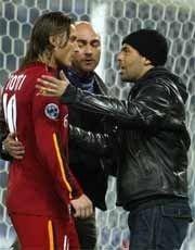 Romas kaptein Francesco Totti diskuterer med to supportere etter at byderbyet mot Lazio ble avbrutt.