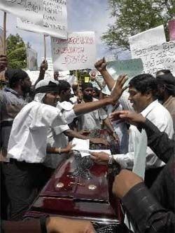 Protestanter plasserer kisten med den drepte aktivisten Thambithurai Sivakumaran foran ambassadebygget. Demonstrantene hevder tamilgeriljaen står bak drapet, og at Norge støtter geriljaen.