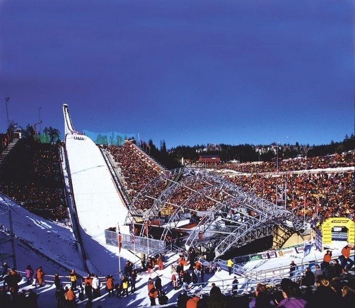 Det har tatt så lang tid å bestemme hva som skal skje med storbakken på Holmenkollen, at det ikke blir noe hopprenn i 2009