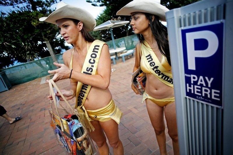 POP: Meter-maid Terry Cox og kollega Jade Subamae er populære i Surfers Paradise.