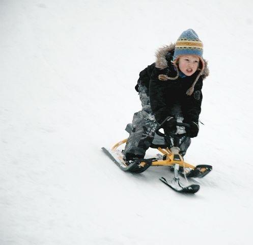Alexander Andresen (7) fikk god fart i bakken ved Skullerudstua. Flittig bruk av snøkanoner har nemlig resultert i en gigantisk snøhaug som mange barn og voksne moret seg med å ake i.