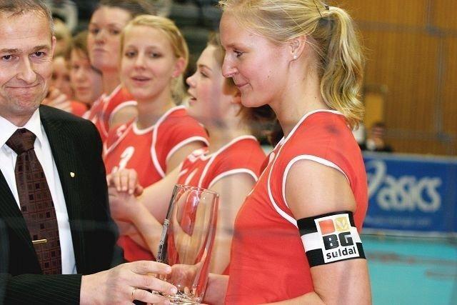 Kaptein Ragnhild Aas dro frem et lite smil da hun fikk pokalen av volleyballpresident Edgar Broks.