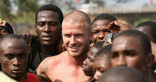 FOTBALLHELT: David Beckham ble møtt av unge fans i Sierra Leone.
