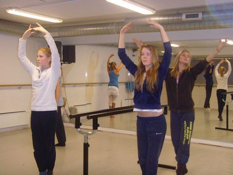 Danserne syns det bare er bra med ballettlinje på ungdomskolen. Fra venstre: Celina Taule, Nora Krokan og Frida Buhund