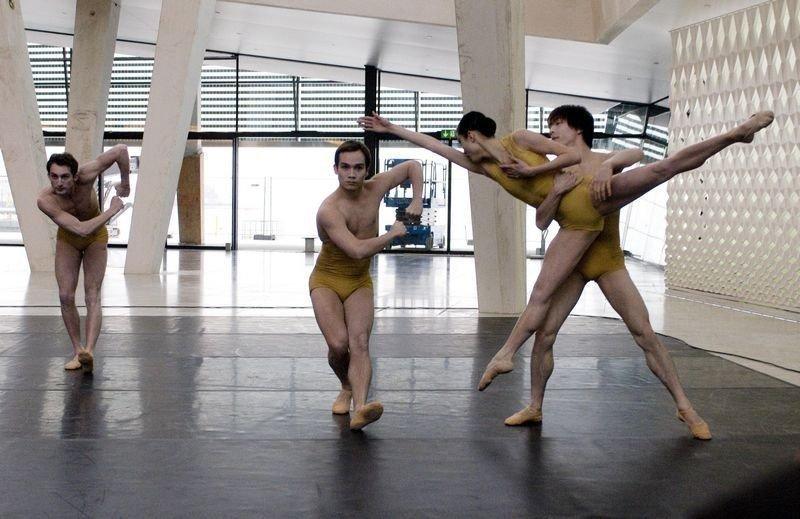 Utdrag fra balletten Skew Whiff med danserne Philip Currell, Kristian Ruutu, Maiko Nishino og Gakuro Matsui.