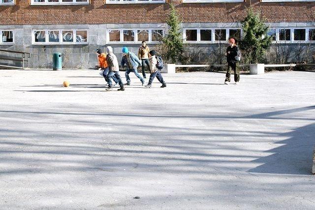 Marienlyst skole har i dag en stor skolegård, men ved rehabilitering og ny planlagt barnehage kan den bli betydelig mindre.