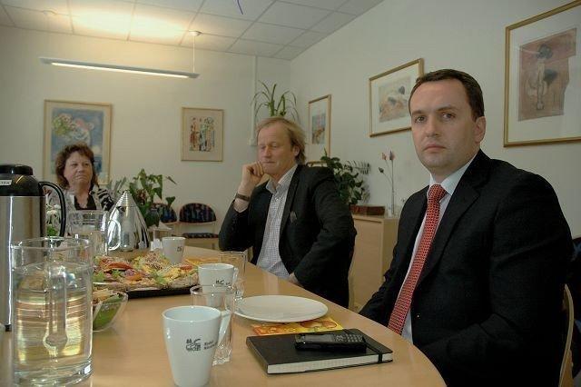 Finansbyråd Stian Berger Røsland (t.h.) åpner ikke pengesekken for bydelsdirektør Mona Taasen og avdelingssjef Preben Winger. Foto: Karl Andreas Kjelstrup