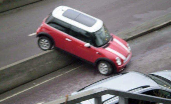 STOPP: Her var det stopp for føreren av denne røde Minien.