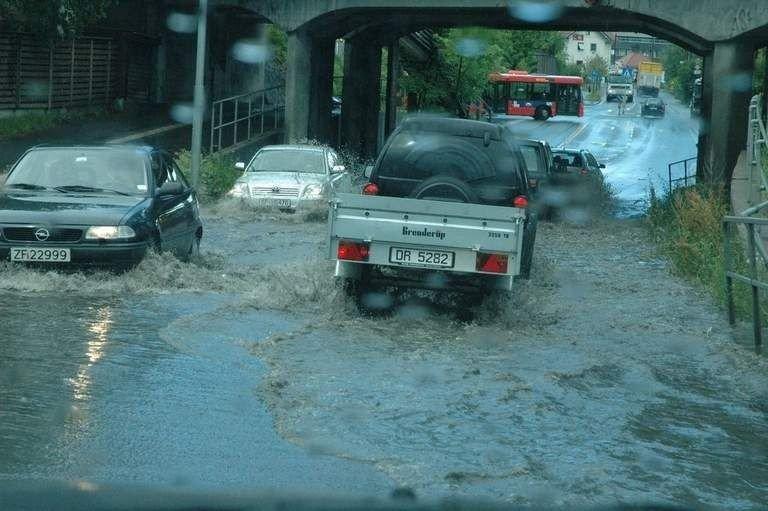 Regnet flommet ned på Røa mandag formiddag.
