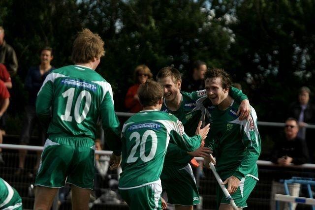 Christian Torp (høyre) har akkurat lagt på til 2-1 for Manglerud Star, og Lars Sandbu (venstre), Stian Kristoffersen (nummer 20) og Henrik Hontvedt kommer til for å gratulere.