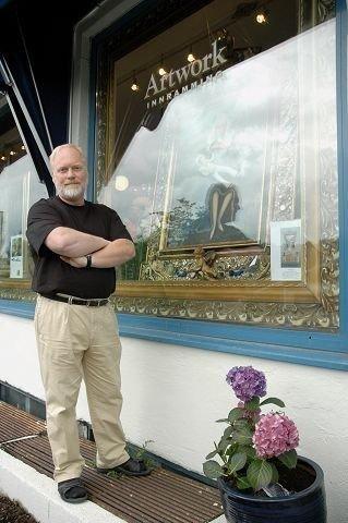 Kunstner John Allan åpnet i mai rammeverkstedet og galleriet «Artwork» i Herregårdsveien 1 på Ljan.