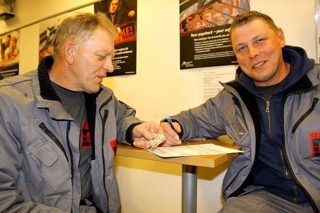 SITTER TRYGT: Jan Kozierkiewicz (t.v.) og Damian Michalek frykter ikke for jobbene sine i bygningsbransjen. FOTO: MAREN THORSEN BLESKESTAD